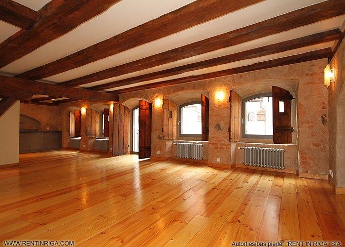 Sludinājumi. Dzīvoklis renovētā ēkā Vecrīgā. Telpās ir saglabātas oriģinālās koka sijas, lielākajā telpā atsegta Cena: 787 EUR/mēn Foto #1
