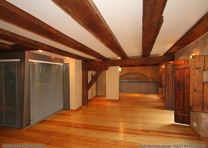 Sludinājumi. Dzīvoklis renovētā ēkā Vecrīgā. Telpās ir saglabātas oriģinālās koka sijas, lielākajā telpā atsegta Cena: 787 EUR/mēn Foto #2