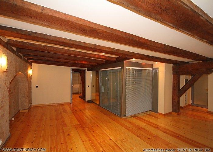 Sludinājumi. Dzīvoklis renovētā ēkā Vecrīgā. Telpās ir saglabātas oriģinālās koka sijas, lielākajā telpā atsegta Cena: 787 EUR/mēn Foto #3