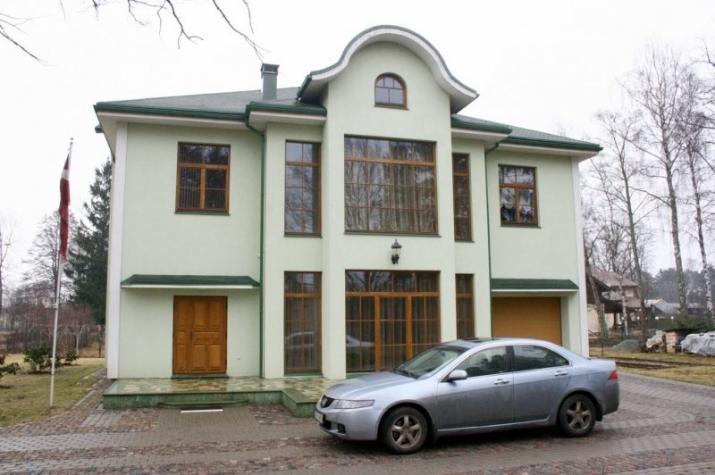 Объявление. Сдается качественный и дизайнерский дом в тихом районе Юрмалы.  Планировка - 1 этаж - просторная Цена: 1300 EUR/мес. Foto #1