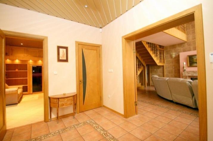 Объявление. Сдается качественный и дизайнерский дом в тихом районе Юрмалы.  Планировка - 1 этаж - просторная Цена: 1300 EUR/мес. Foto #2