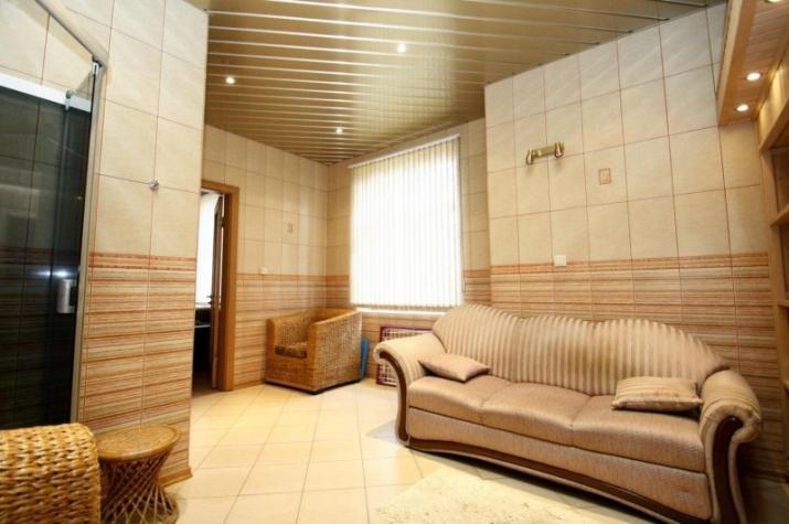 Объявление. Сдается качественный и дизайнерский дом в тихом районе Юрмалы.  Планировка - 1 этаж - просторная Цена: 1300 EUR/мес. Foto #3