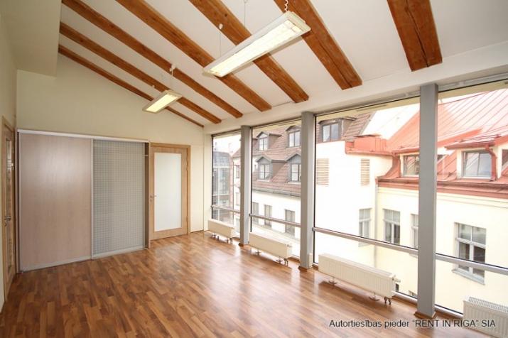 Объявление. Foršs mansarda birojs ar terasi.  Tas atrodas sakoptā namīpašumā, kuram 1. stāvā ir dežurants. Цена: 425 EUR/мес. Foto #1