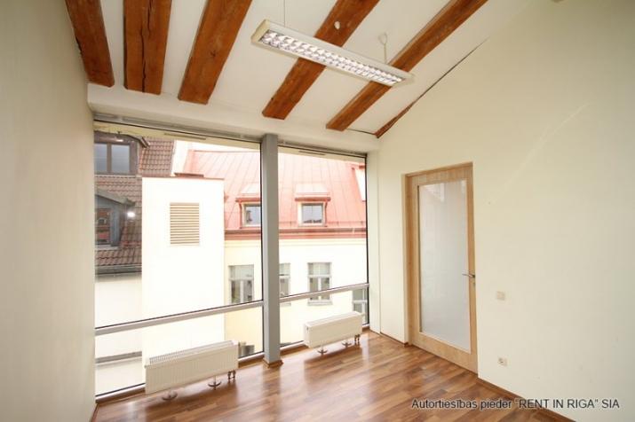 Объявление. Foršs mansarda birojs ar terasi.  Tas atrodas sakoptā namīpašumā, kuram 1. stāvā ir dežurants. Цена: 425 EUR/мес. Foto #3
