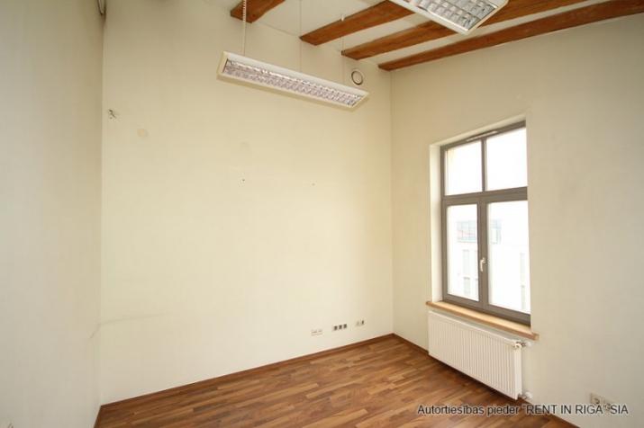 Объявление. Foršs mansarda birojs ar terasi.  Tas atrodas sakoptā namīpašumā, kuram 1. stāvā ir dežurants. Цена: 425 EUR/мес. Foto #4