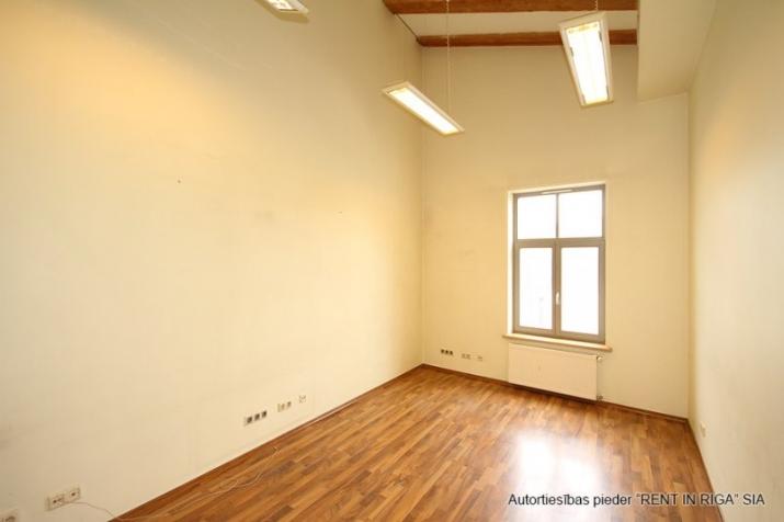 Объявление. Foršs mansarda birojs ar terasi.  Tas atrodas sakoptā namīpašumā, kuram 1. stāvā ir dežurants. Цена: 425 EUR/мес. Foto #5