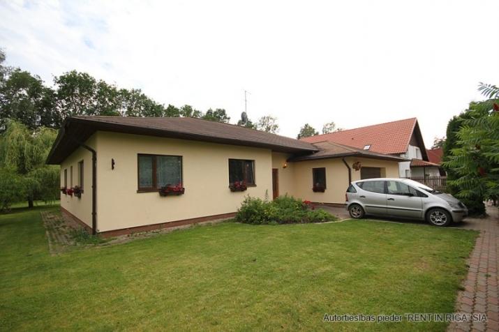 Sludinājumi. Plaša 1 stāva ģimenes māja celta sev- priecīgai dzīvošanai. 5 guļamistabas . Viesistaba, kas Cena: 220000 EUR Foto #1