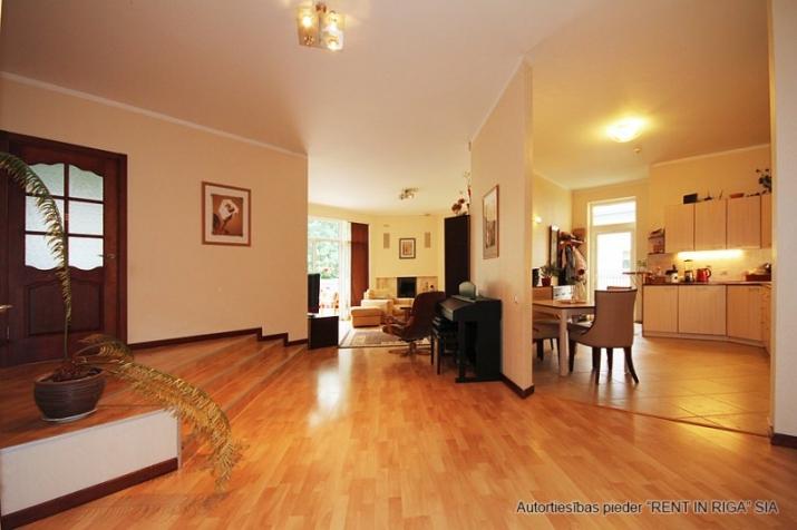 Sludinājumi. Plaša 1 stāva ģimenes māja celta sev- priecīgai dzīvošanai. 5 guļamistabas . Viesistaba, kas Cena: 220000 EUR Foto #3