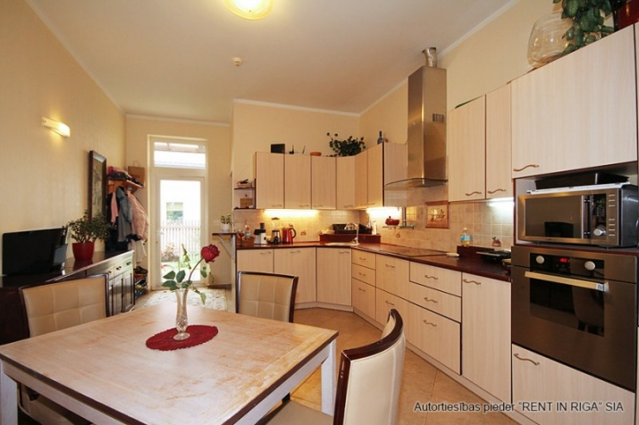 Sludinājumi. Plaša 1 stāva ģimenes māja celta sev- priecīgai dzīvošanai. 5 guļamistabas . Viesistaba, kas Cena: 220000 EUR Foto #5