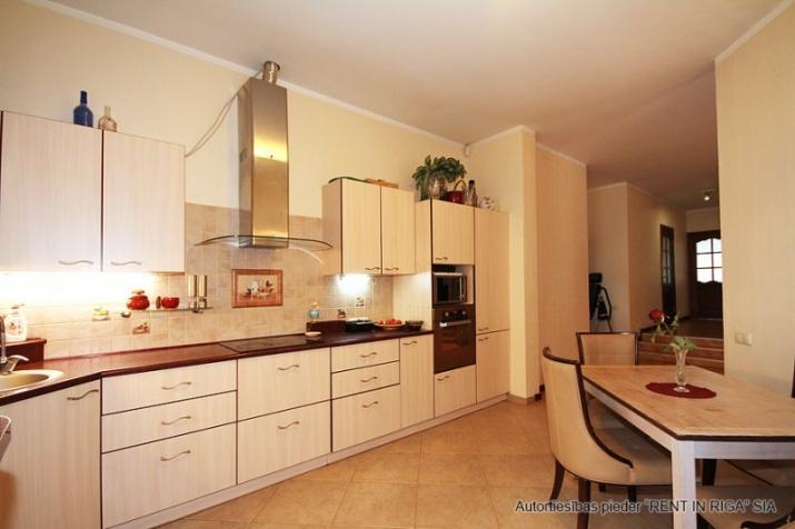 Sludinājumi. Plaša 1 stāva ģimenes māja celta sev- priecīgai dzīvošanai. 5 guļamistabas . Viesistaba, kas Cena: 220000 EUR Foto #6