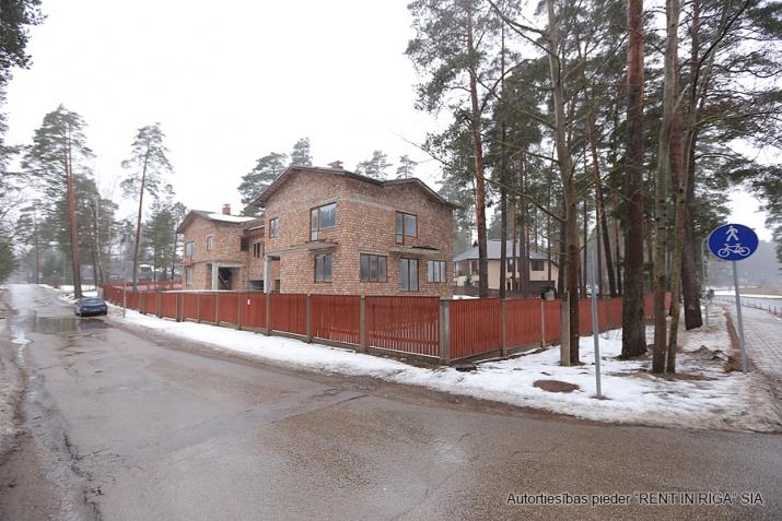 Sludinājumi. Pārdod kvalitatīvi būvētas, plašas Dvīņu mājas skaistā un klusā rajonā Langstiņi. Netālu atrodas Cena: 180000 EUR Foto #1