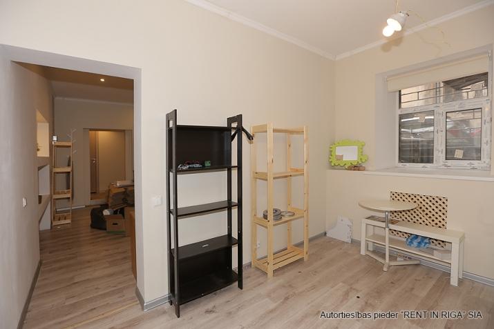 Sludinājumi. Remontētas, gaišas un siltas puspagraba telpas birojam/dzīvoklim.  Tiek pārdotas telpu un zemes Cena: 49000 EUR Foto #2