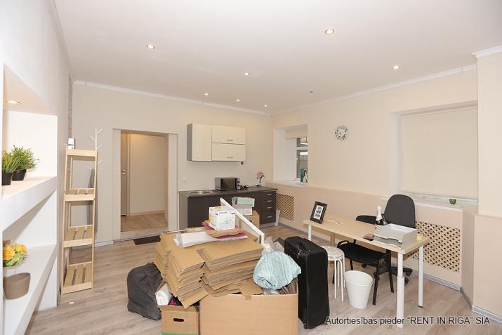 Sludinājumi. Remontētas, gaišas un siltas puspagraba telpas birojam/dzīvoklim.  Tiek pārdotas telpu un zemes Cena: 49000 EUR Foto #3