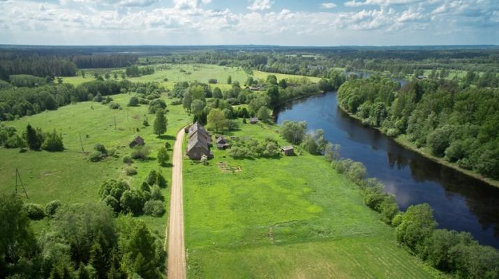 Объявление. Tiek pārdota 5,3ha (53 000m2) zemes ar lauku viensētu lieliskā stāvoklī, kura celta no dabīgā Цена: 153000 EUR Foto #1