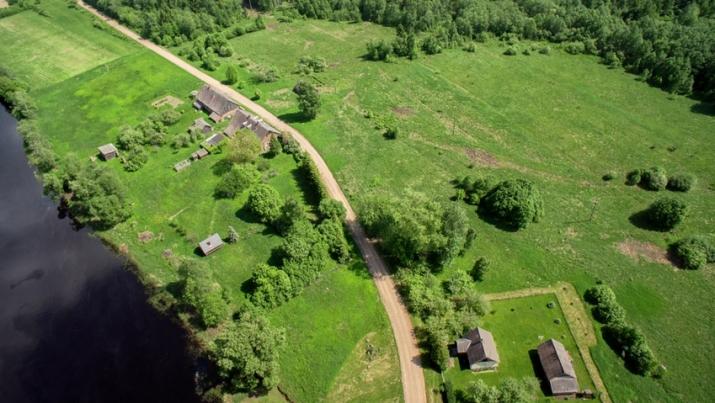 Объявление. Tiek pārdota 5,3ha (53 000m2) zemes ar lauku viensētu lieliskā stāvoklī, kura celta no dabīgā Цена: 153000 EUR Foto #2