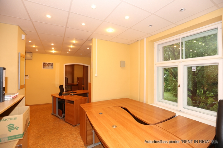 Sludinājumi. Pārdodam īpašumu Teikā. Teritorijā atrodas ēka, garāža (2 automašīnām) un paligtelpa. Ēka būvēta kā Cena: 210000 EUR Foto #2