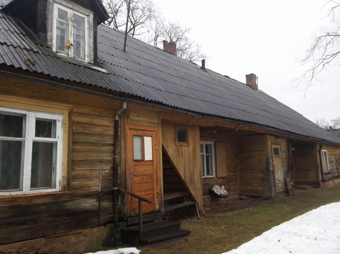 Sludinājumi. Tiek pārdota koka dzīvojamā ēka, kas ir sadalīta dzīvokļū īpašumos pašā Rūjienas centrā, Rūjas upes Cena: 36000 EUR Foto #1