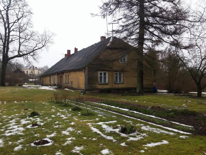 Sludinājumi. Tiek pārdota koka dzīvojamā ēka, kas ir sadalīta dzīvokļū īpašumos pašā Rūjienas centrā, Rūjas upes Cena: 36000 EUR Foto #2
