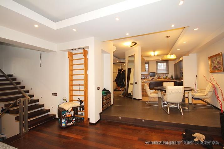 Sludinājumi. Pārdod trīsstāvu dzīvokli tuvu pilsētas centram, klusā vietā. Mājoklim veikts kvalitatīvs remonts, Cena: 300000 EUR Foto #3