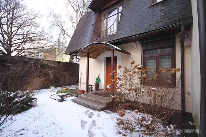Sludinājumi. Pārdod trīsstāvu dzīvokli tuvu pilsētas centram, klusā vietā. Mājoklim veikts kvalitatīvs remonts, Cena: 300000 EUR Foto #2