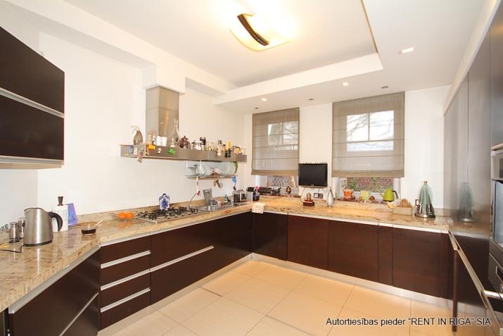 Sludinājumi. Pārdod trīsstāvu dzīvokli tuvu pilsētas centram, klusā vietā. Mājoklim veikts kvalitatīvs remonts, Cena: 300000 EUR Foto #4