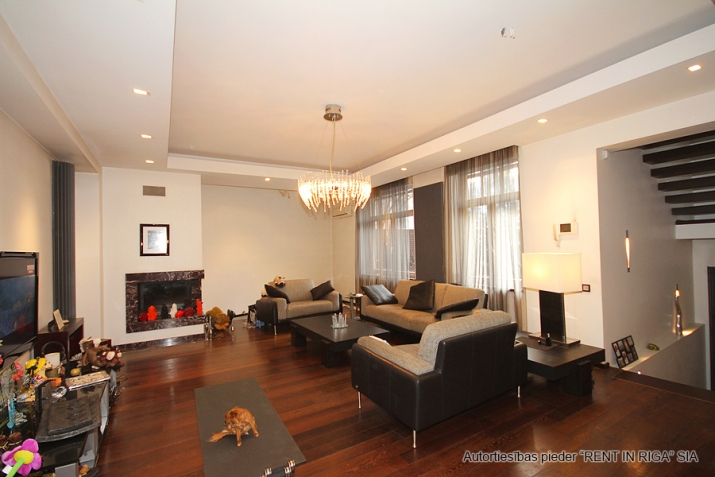Sludinājumi. Pārdod trīsstāvu dzīvokli tuvu pilsētas centram, klusā vietā. Mājoklim veikts kvalitatīvs remonts, Cena: 300000 EUR Foto #1