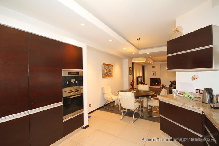 Sludinājumi. Pārdod trīsstāvu dzīvokli tuvu pilsētas centram, klusā vietā. Mājoklim veikts kvalitatīvs remonts, Cena: 300000 EUR Foto #5