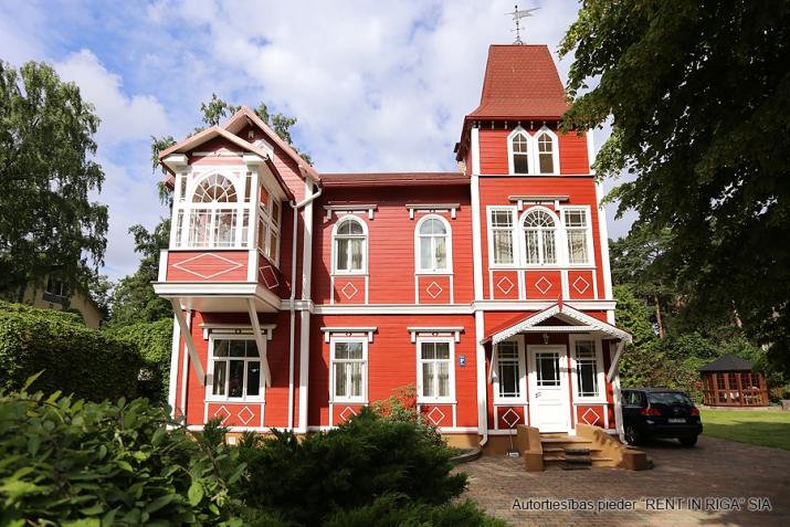 Sludinājumi. Tiek piedāvāts ekskluzīvs īpašums  Jūrmalā, Majoros. Vēsturiska māja ar koka apdares fasādu atrodas Cena: 6000 EUR/mēn Foto #1
