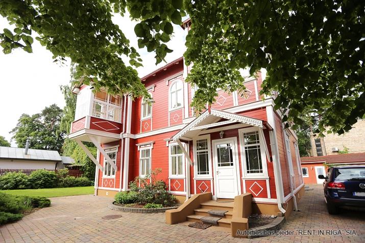 Sludinājumi. Tiek piedāvāts ekskluzīvs īpašums  Jūrmalā, Majoros. Vēsturiska māja ar koka apdares fasādu atrodas Cena: 6000 EUR/mēn Foto #3