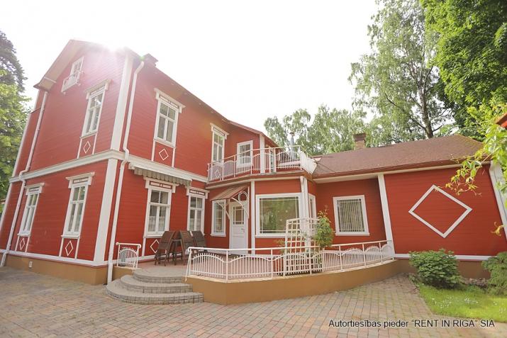 Sludinājumi. Tiek piedāvāts ekskluzīvs īpašums  Jūrmalā, Majoros. Vēsturiska māja ar koka apdares fasādu atrodas Cena: 6000 EUR/mēn Foto #4