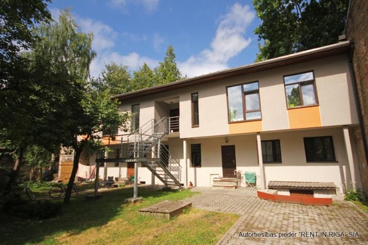 Sludinājumi. Pārdošanā 4 dzīvokļu namīpašums labā klusā vietā Čiekurkalnā. Plānojums: 1.stāvā - 2 dzīvokļi Cena: 495000 EUR Foto #1
