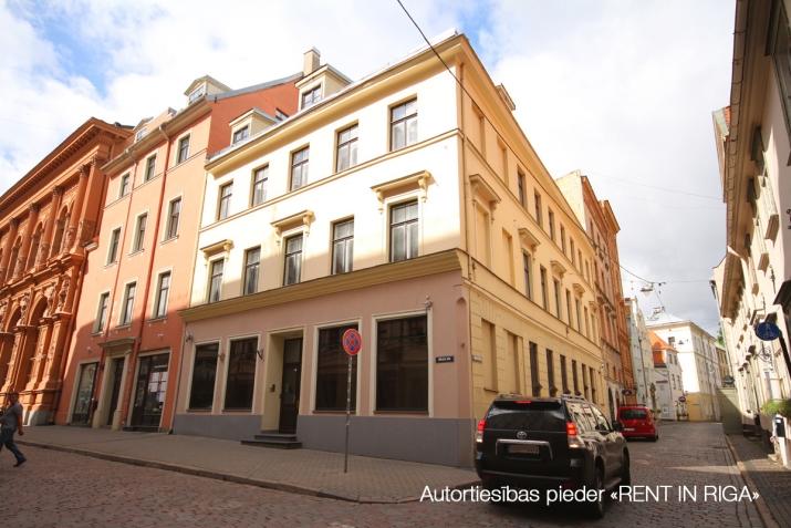 Sludinājumi. Biroja ēka Vecrīgā starp Latvijas Republikas Saeimu un Doma laukumu.  Ēka aprīkota ar autonomu Cena: 4086 EUR/mēn Foto #2