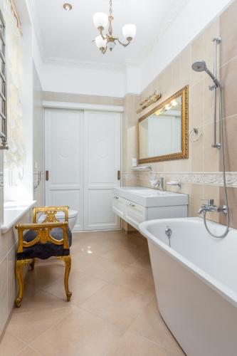 Sludinājumi. Ekskluzīvas kvalitātes un dizina vienas guļamistabas dzīvoklis klusā Vecrīgas pagalmiņā. Piemērots Cena: 650 EUR/mēn Foto #3