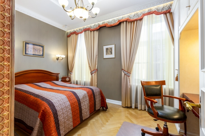 Sludinājumi. Ekskluzīvas kvalitātes un dizina vienas guļamistabas dzīvoklis klusā Vecrīgas pagalmiņā. Piemērots Cena: 650 EUR/mēn Foto #2
