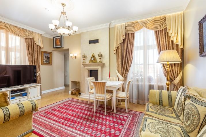 Sludinājumi. Ekskluzīvas kvalitātes un dizina vienas guļamistabas dzīvoklis klusā Vecrīgas pagalmiņā. Piemērots Cena: 650 EUR/mēn Foto #1