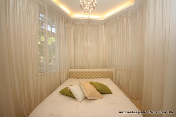 Объявление. Jūrmalas centrā īzīrē mājīgu, ģimenes trīsstāvu māju  330 kv. m. Māja tiek piedāvāta pilnībā Цена: 4000 EUR/мес. Foto #1