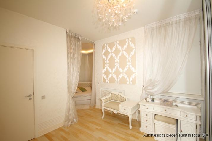 Объявление. Jūrmalas centrā īzīrē mājīgu, ģimenes trīsstāvu māju  330 kv. m. Māja tiek piedāvāta pilnībā Цена: 4000 EUR/мес. Foto #2