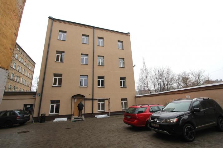 Sludinājumi. Piedāvajam īres dzīvokli Rīgas centrā. Dzīvoklis aprīkots ar visu nepieciesamo sadzīves tehniku. Cena: 450 EUR/mēn Foto #1