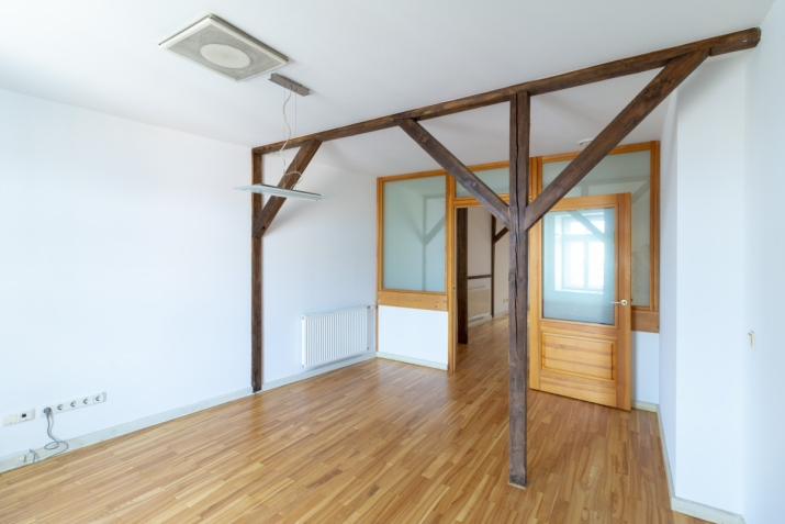 Объявление. A 118 sqm roof-floor office with wooden beams and a glass wall; 4 rooms, 2 bathrooms, built-in Цена: 1003 EUR/мес. Foto #5