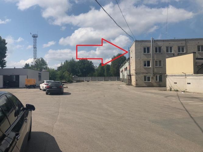 Объявление. Tiek iznomāts trīs stāvu biroju ēkas trešais stāvs ar plašu autostāvvietu;  + Iespējams nomāt Цена: 750 EUR/мес. Foto #1