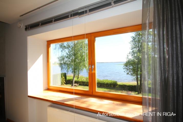 Объявление. Сдаются в аренду  эксклюзивная квартира на самом берегу Кишозера в Межапарке.  Из окон открывается Цена: 1800 EUR/мес. Foto #2
