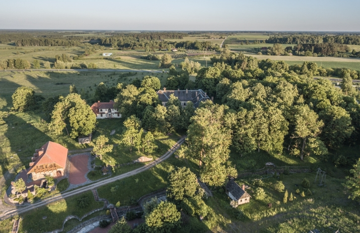Объявление. К продаже предлагается усадьба Озолпилс, построенная в 1931 году.  Округ Энгуре, волость Смарде, у Цена: 750000 EUR Foto #2