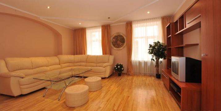 Sludinājumi. Izīrē - fasādes māja, restaurēta māja, logi vērsti mājas abās pusēs, istabas izolētas 2 gab. , Cena: 600 EUR/mēn Foto #1