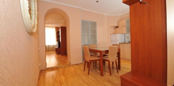 Sludinājumi. Izīrē - fasādes māja, restaurēta māja, logi vērsti mājas abās pusēs, istabas izolētas 2 gab. , Cena: 600 EUR/mēn Foto #3