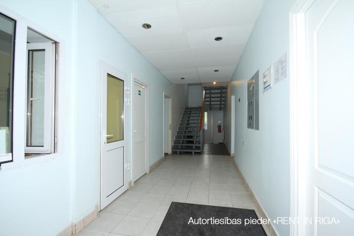 Объявление. Kompakta izmēra biroja telpa sakoptā īpašumā, 3 stāvā.  Renovēta biroju ēka ar bruģētu un iežogotu Цена: 85 EUR/мес. Foto #3