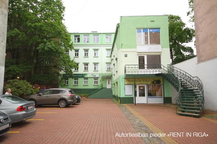 Объявление. Kompakta izmēra biroja telpa sakoptā īpašumā, 3 stāvā.  Renovēta biroju ēka ar bruģētu un iežogotu Цена: 85 EUR/мес. Foto #2