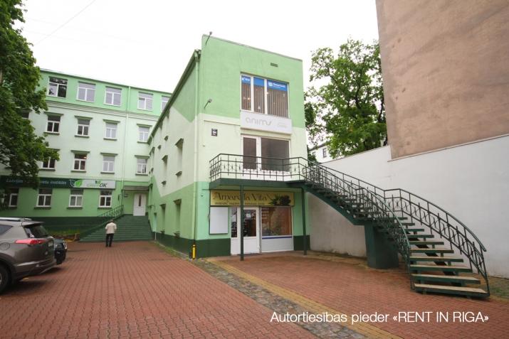 Объявление. Kompakta izmēra biroja telpa sakoptā īpašumā, 3 stāvā.  Renovēta biroju ēka ar bruģētu un iežogotu Цена: 85 EUR/мес. Foto #1