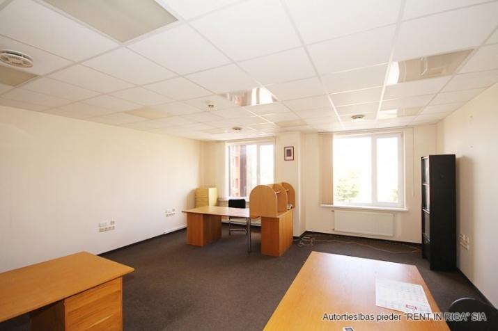 Sludinājumi. Birojs Mežciemā.  + 4. stāvs. + Platība sastāv no priekštelpas, atvērtas telpas, 4 kabinetiem. + Wc Cena: 510 EUR/mēn Foto #6