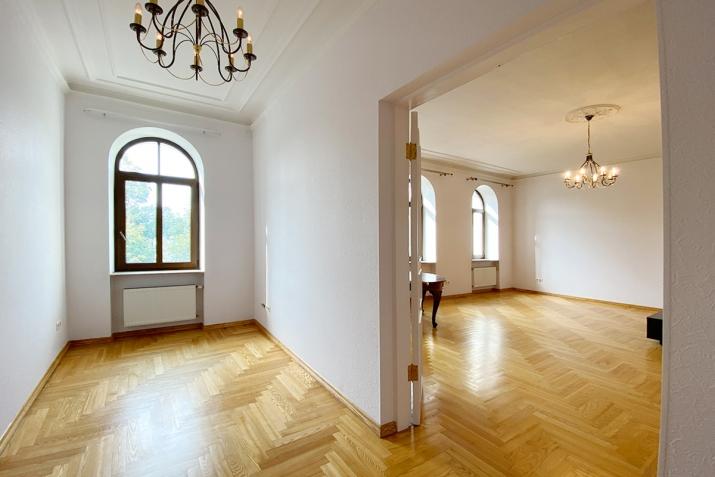 Sludinājumi. Reprezentabls dzīvoklis pašā pilsētas centrā. No loga paveras skats uz Rīgas kanāla parku un Cena: 342000 EUR Foto #1