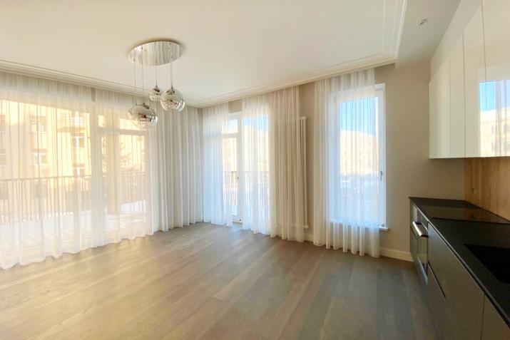 Sludinājumi. Jauns dzīvoklis ar plašu balkonu Klusajā centrā, Mednieku ielā. Dzīvoklis tiek pārdots ar Cena: 320000 EUR Foto #1